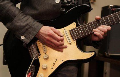 יציבה נכונה בזמן נגינה בגיטרה