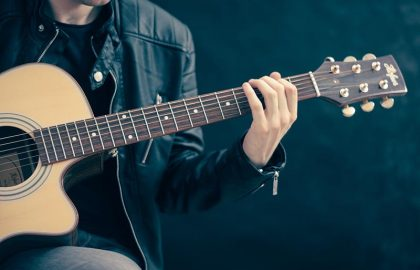 איך להחזיק את הגיטרה בצורה נכונה